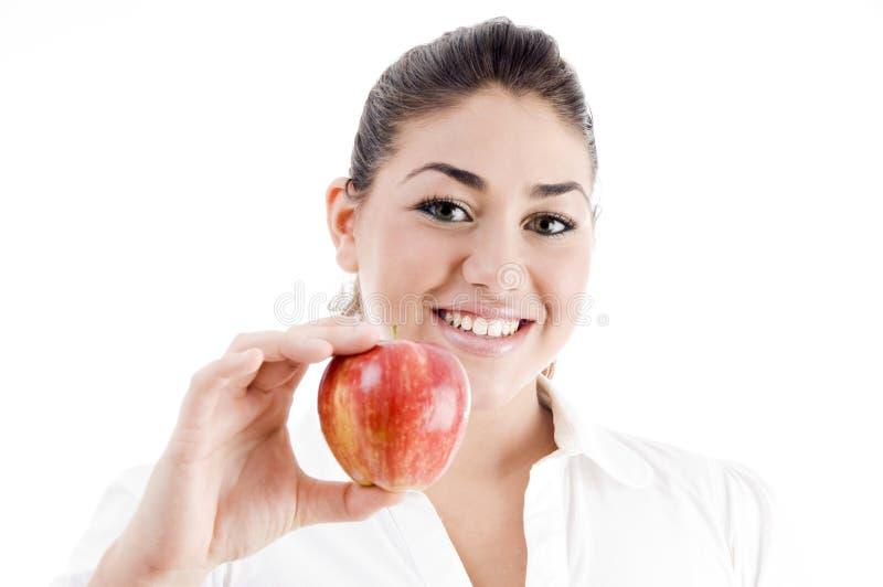 Junges attraktives Baumuster, das einen Apfel anhält stockfotos