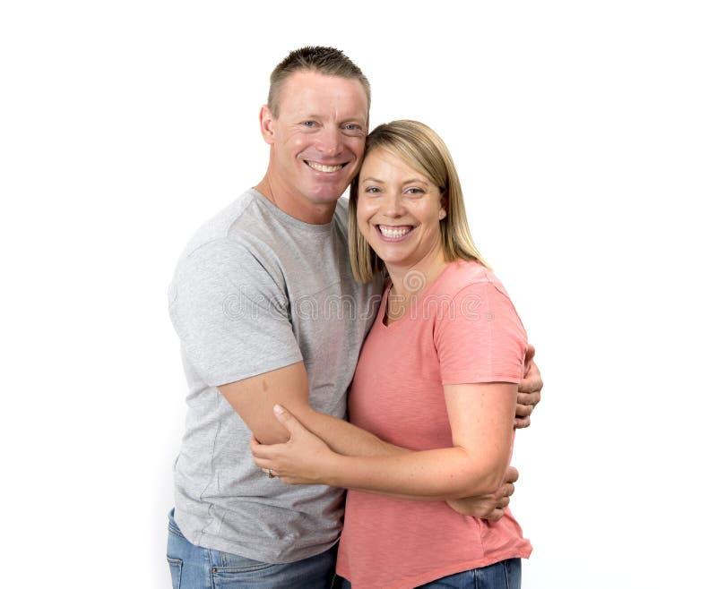 Junges attraktives glückliches Paar in der Liebe, die süß und in Frau und Ehemann oder Freundin und Freund erfolgreichem relati n stockfoto