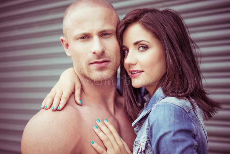 Junges attraktives im Liebes-Paar-Porträt lizenzfreie stockfotografie