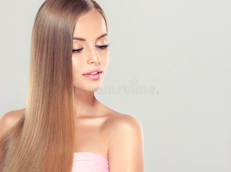 Junges attraktives Mädchenmodell mit dem herrlichen, glänzenden, langen, blonden Haar stockfotografie