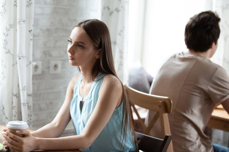 Junges attraktives Studentenmädchen, das Kaffee im Café genießt stockfoto