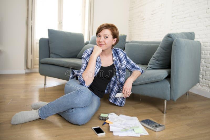 Junges attraktives und glückliches Frauenbankwesen und Buchhaltung Haupt-Montag lizenzfreies stockbild