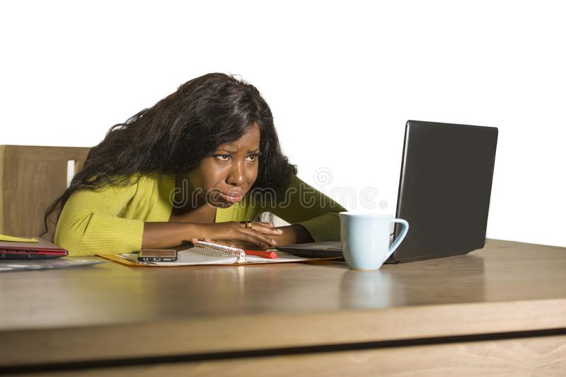 Junges attraktives unglückliches und erschöpftes schwarzes afroes-amerikanisch Frauenarbeiten faul am Montag an Bürocomputertisch stockbilder