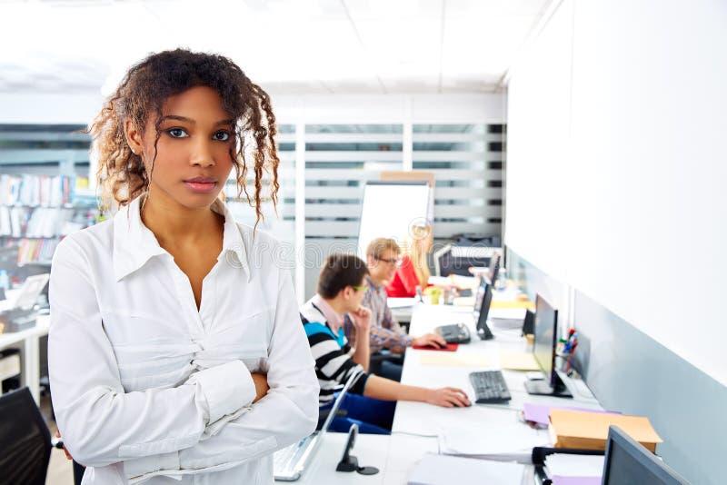 Junges Büro der afrikanischen Geschäftsfrau mit Computer stockfotografie