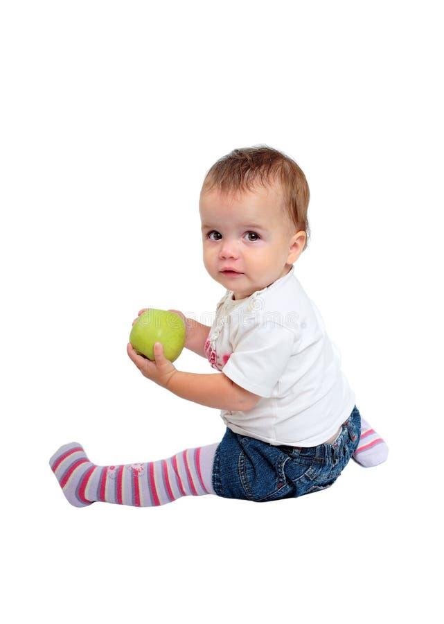 Junges Baby, das frischen grünen Apfel isst lizenzfreies stockfoto