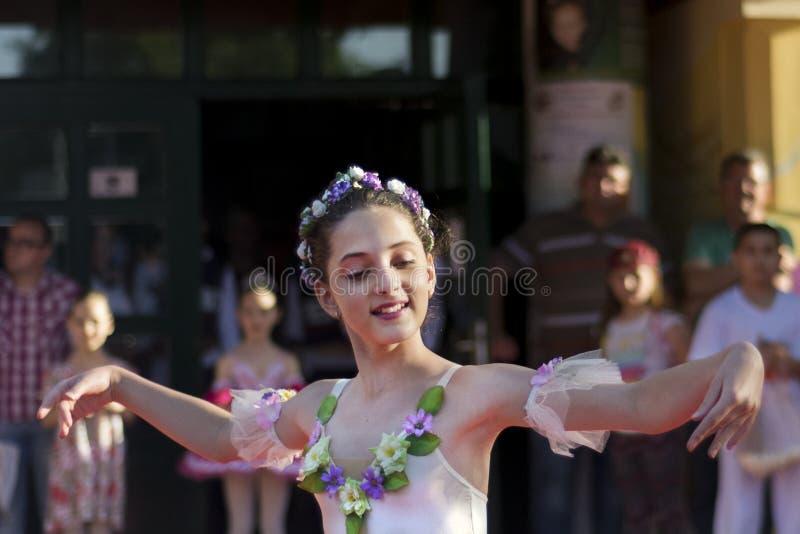 Junges Ballerinatanzen auf allgemeinem Stadium stockfoto