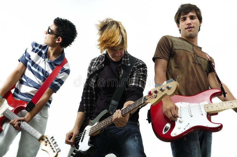 Junges Band, das mit dem Instrument, getrennt aufwirft stockfoto