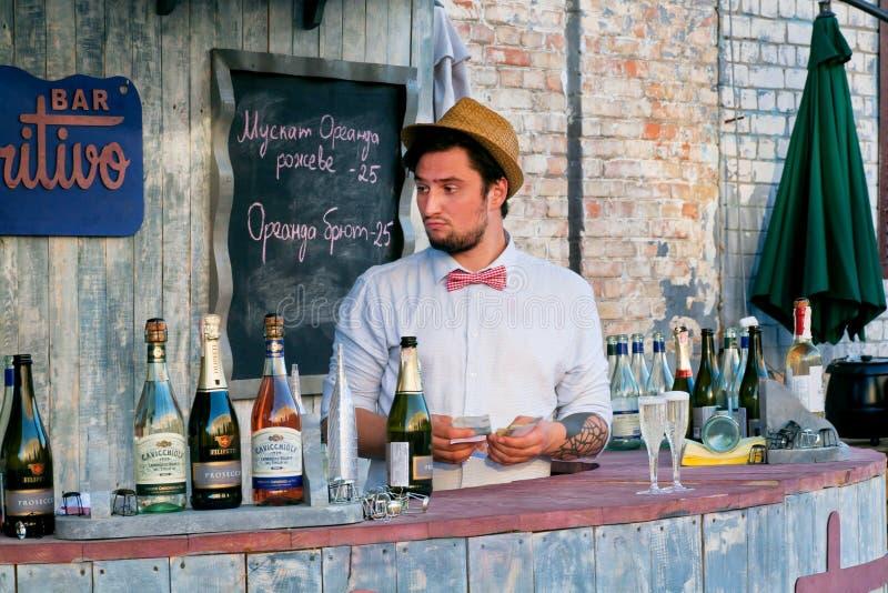 Junges Barmixerzählungs-Geldeinkommen für Getränke stockfotografie