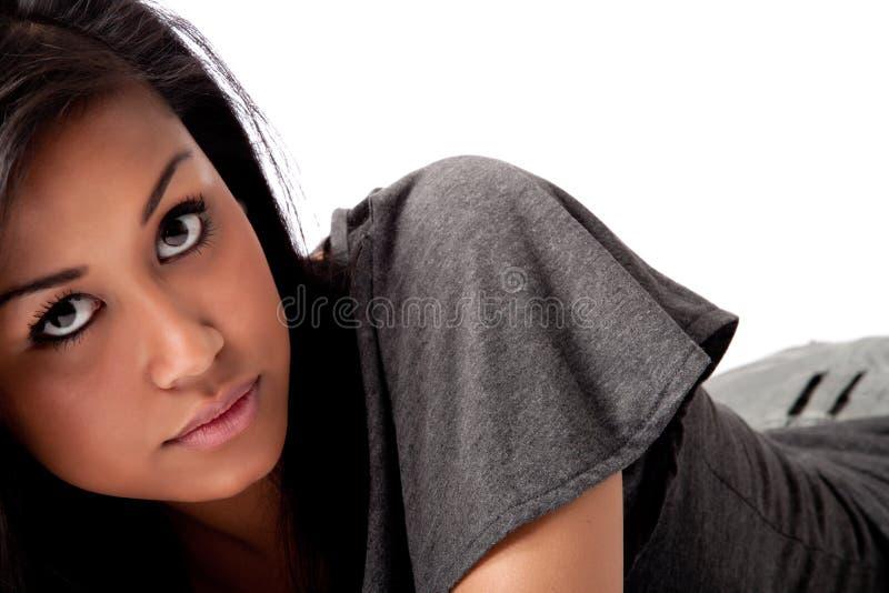 Junges beautifull afrikanische Frau, die mit Ihnen flirtet stockfoto