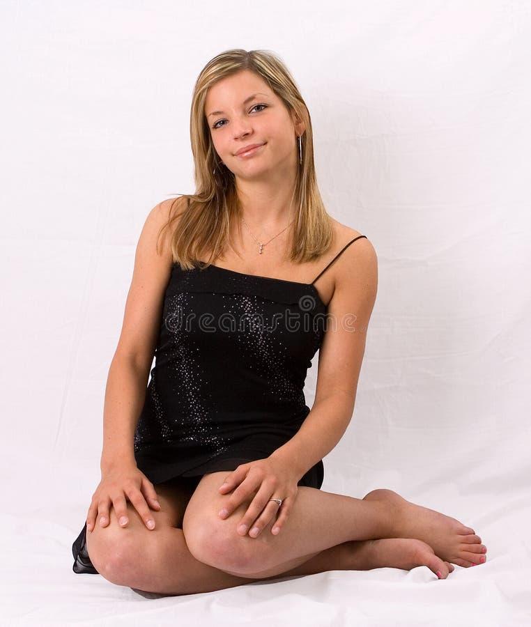 Download Junges Blondes Frauenportraitschwarzkleid Stockbild - Bild von augen, getrennt: 857203