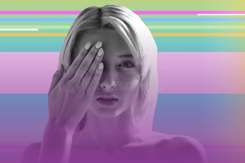 Junges blondes Mädchen, das ein Auge schließt und ihr Sehvermögen überprüft lizenzfreie stockfotografie