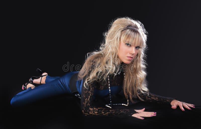 Junges blondes Mädchen der Schönheit legen auf dem Boden stockbilder