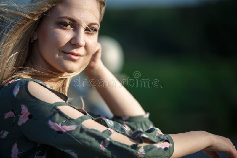 Junges blondes Mädchen im glättenden weichen Licht der Sonne stockbilder