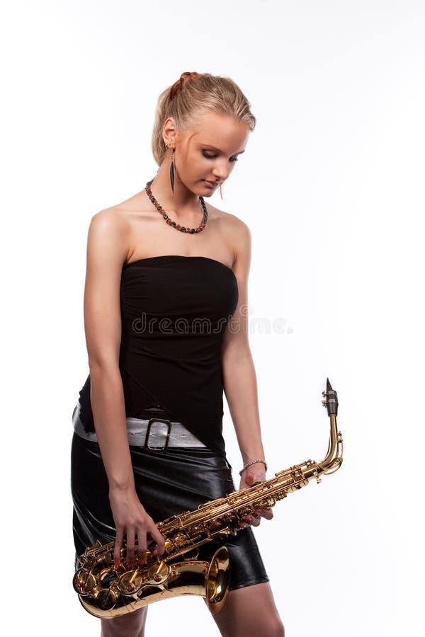 Junges blondes Musikermädchen mit Saxophon stockbilder