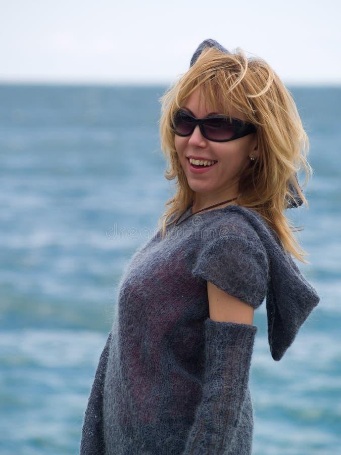 Junges Blondie Baumuster, das Strand aufwirft stockbilder
