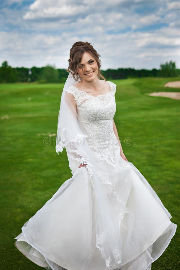 Junges Brauttanzen auf einer Wiese stockfoto
