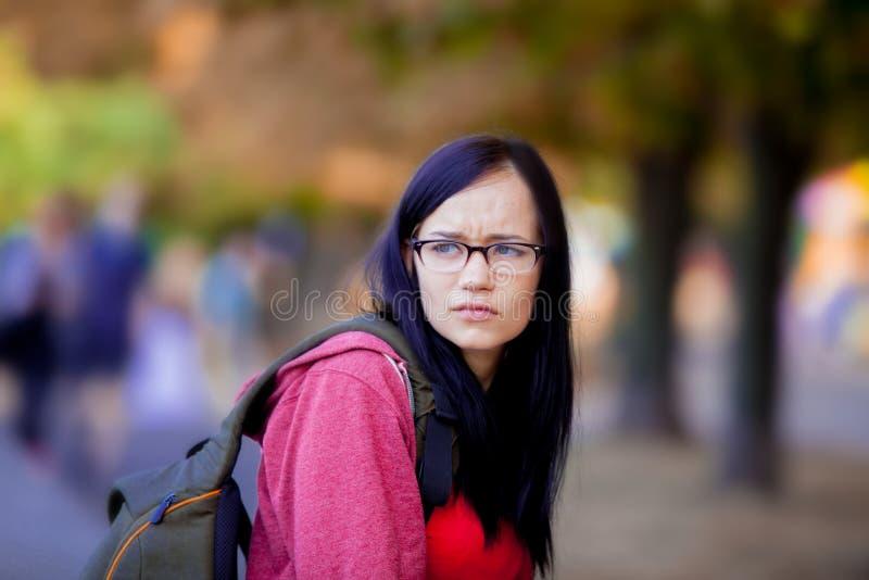 Junges Brunettestudentenmädchen mit Rucksack stockfoto