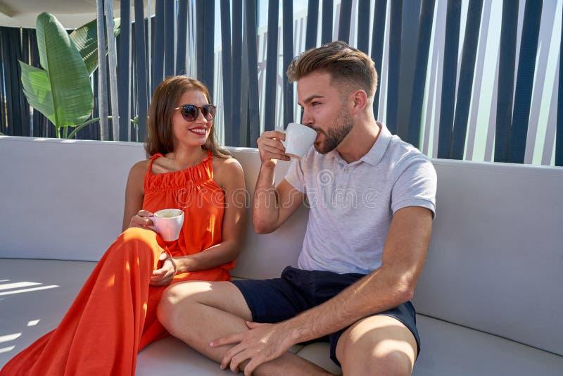 Junges copule, das Kaffee im Lounge Bar trinkt stockbilder