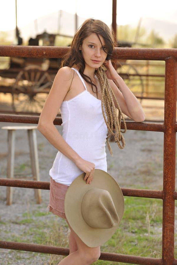 Junges Cowgirl-steigender Zaun lizenzfreies stockbild