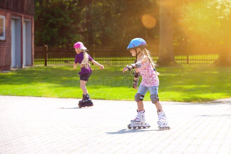Junges des Mädchens Inline-eislaufenspaßradialunschärfe draußen stockbilder