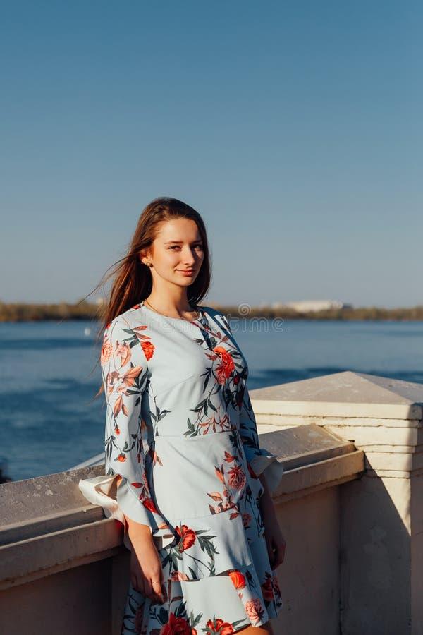 Junges elegantes Mädchen im blauen Kleid stockfotografie
