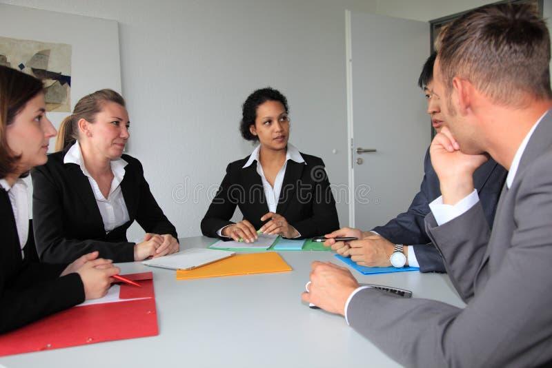 Junges engagiertes Geschäftsteam in einer Sitzung stockfoto