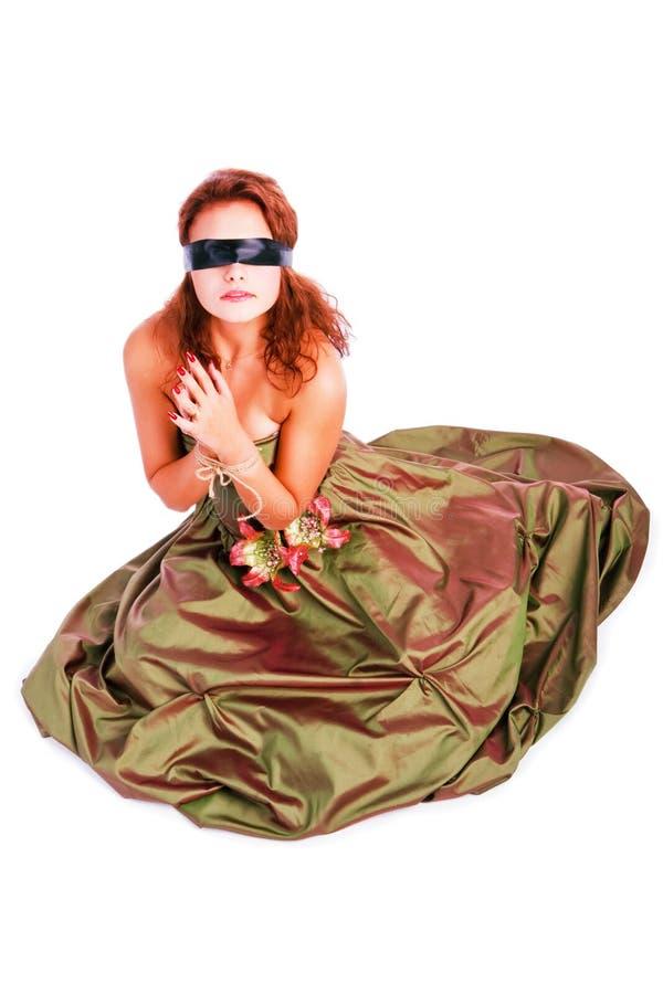 Junges entzückendes Mädchen im Kleid auf Fußboden lizenzfreies stockbild