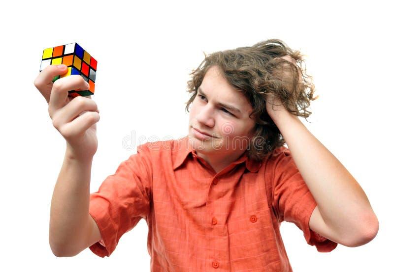Junges erwachsenes Lösen von Problemen lizenzfreies stockfoto