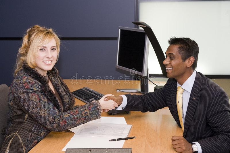 Junges Fachleute-Händeschütteln auf einem Abkommen stockfotografie