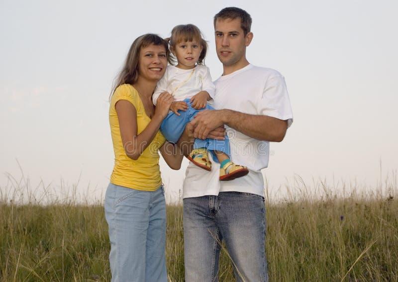 Junges Familienlächeln lizenzfreie stockfotos