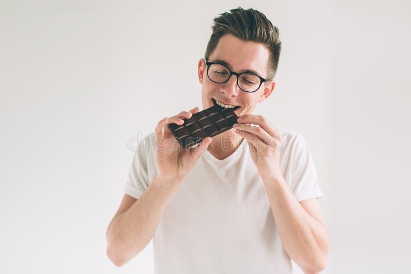 Junges Fleisch fressendes ein Schokoriegel Sonderling trägt Gläser lizenzfreie stockbilder