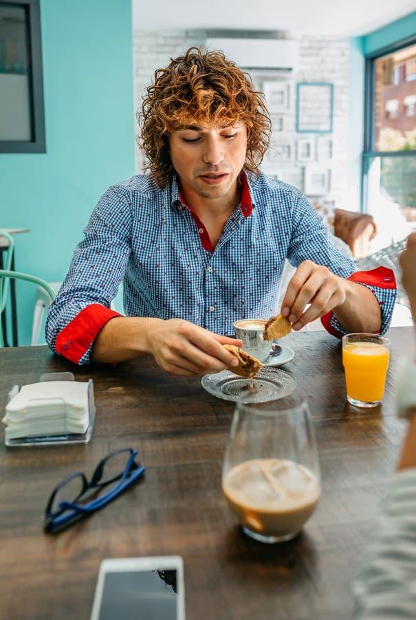 Junges Fleisch fressendes Frühstück stockfoto