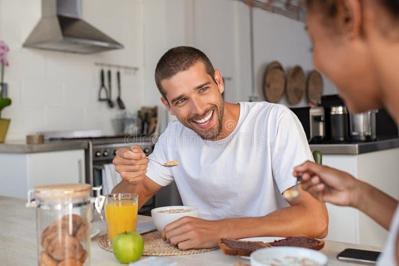 Junges Fleisch fressendes Getreide am Frühstück stockbilder