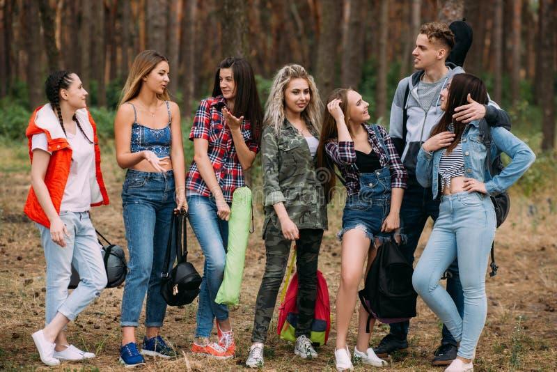 Junges Freundgruppenwaldtourismuskonzept lizenzfreie stockfotografie