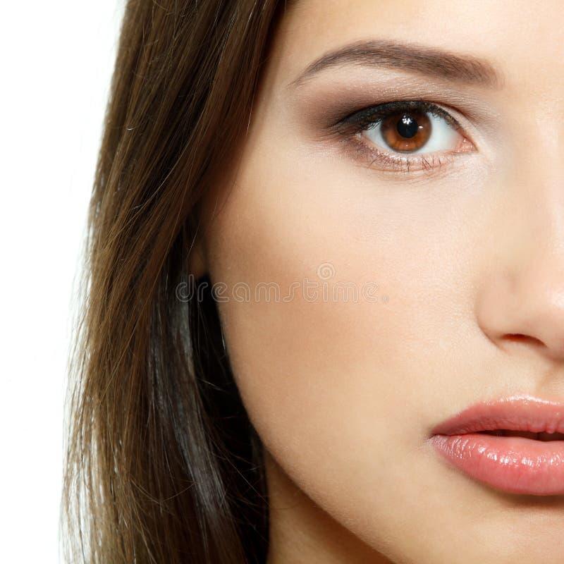 Junges frisches Frauenschönheitsporträt, Hälfte der Gesichtsnahaufnahme isolat stockfotos