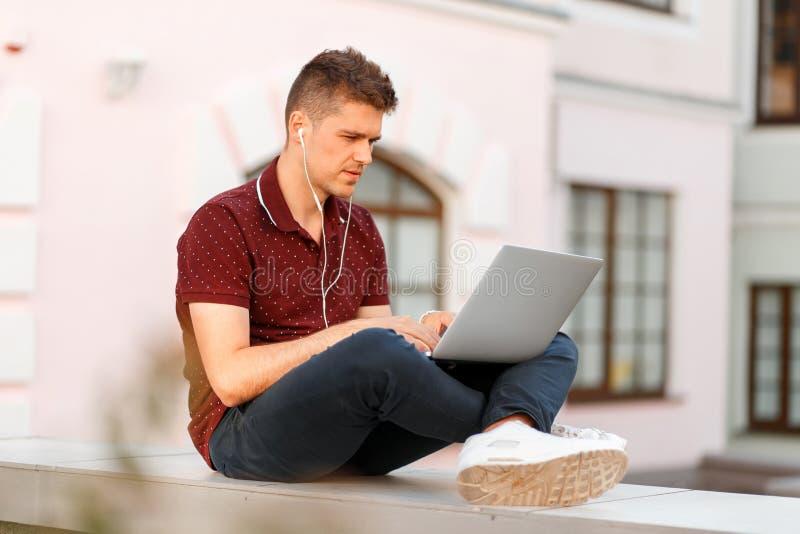 Junges Geschäftsmann Bloggersitzen und -funktion stockfotos