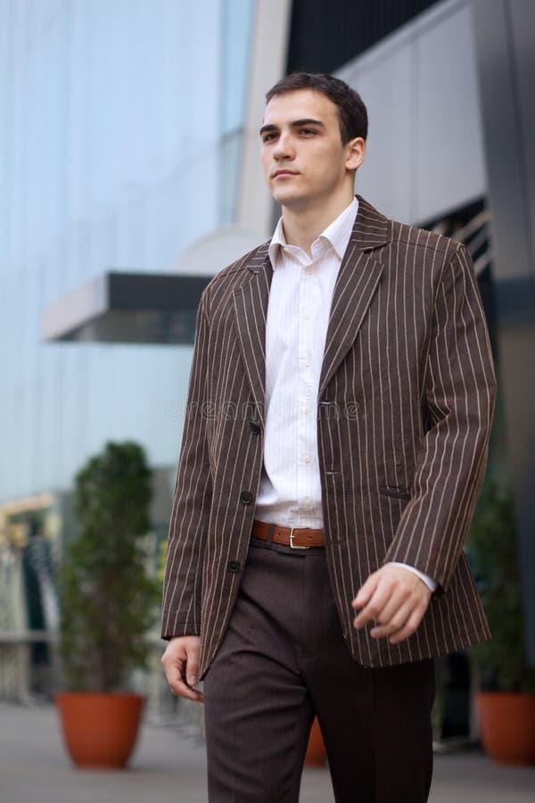 Download Junges Geschäftsmann-Gehen stockfoto. Bild von fachmann - 9087572
