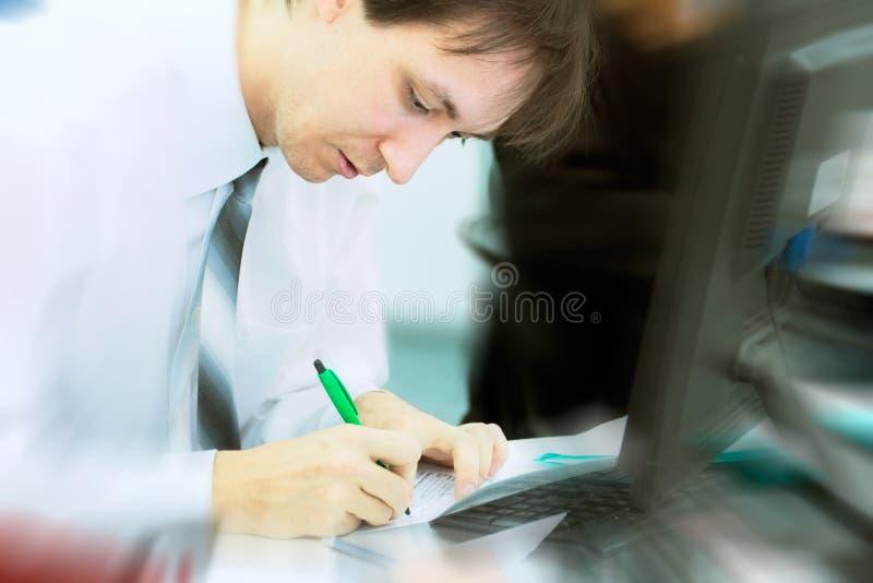 Junges Geschäftsmannschreiben lizenzfreie stockfotografie