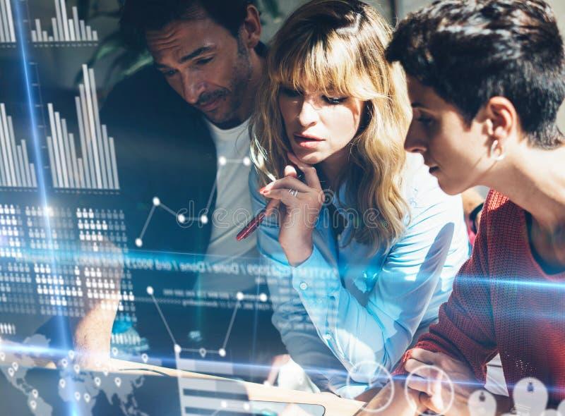 Junges Geschäftsteam, welches die Diskussion im Büro macht Konzept des digitalen Diagramms, Diagramm schließt, virtueller Schirm, stockfoto