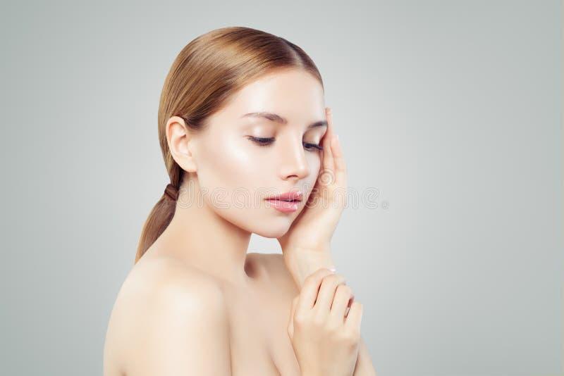 Junges Gesicht Hübsche Frau mit gesundem Hautporträt lizenzfreie stockfotografie