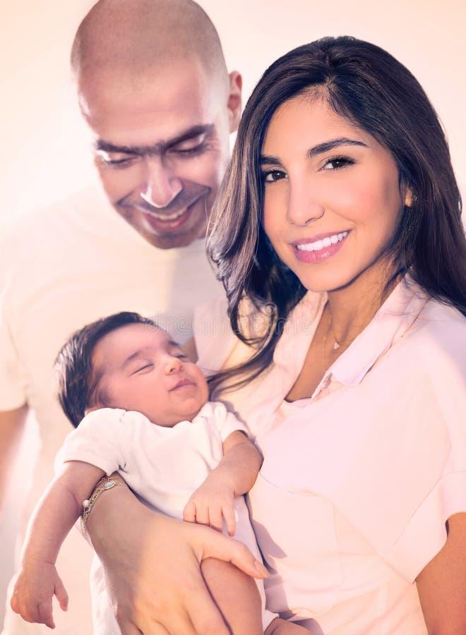 Junges glückliches Familienporträt stockbild