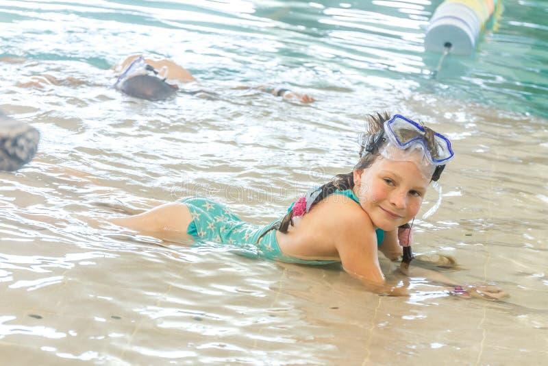 Junges glückliches lächelndes Mädchen im Wasserpool stockbild