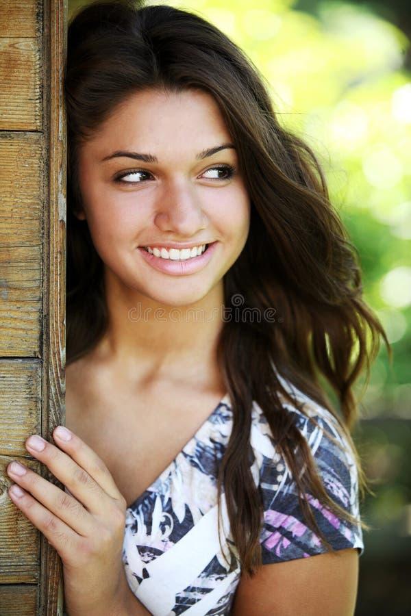 Junges glückliches Mädchen mit der langen Haaraufstellung im Freien. stockbilder