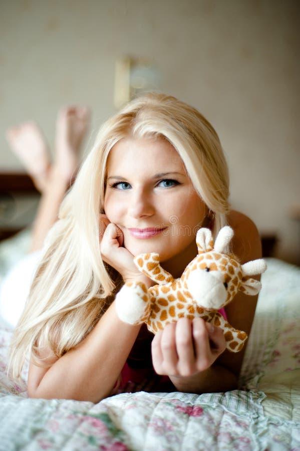 Junges glückliches Mädchen mit einem Spielzeug lizenzfreie stockfotos