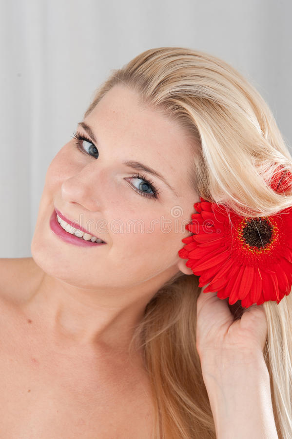 Junges glückliches Mädchen mit einer roten Blume stockbilder