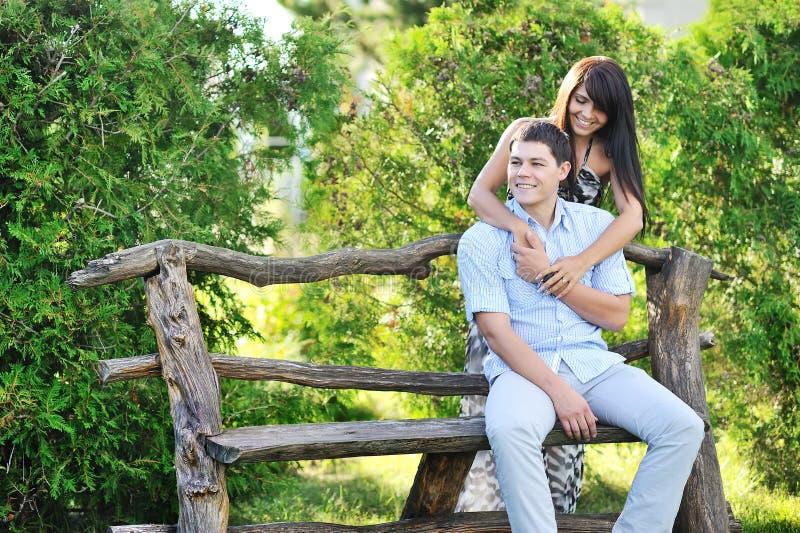 Download Junges Glückliches Paar, Das Gute Zeit In Einem Park Hat Stockbild - Bild von nett, glücklich: 26359323
