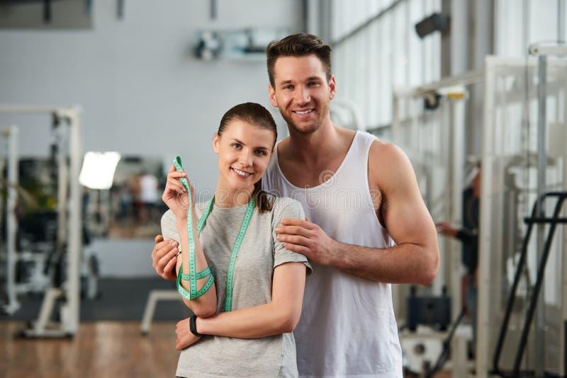 Junges glückliches Paar an der Turnhalle lizenzfreies stockfoto