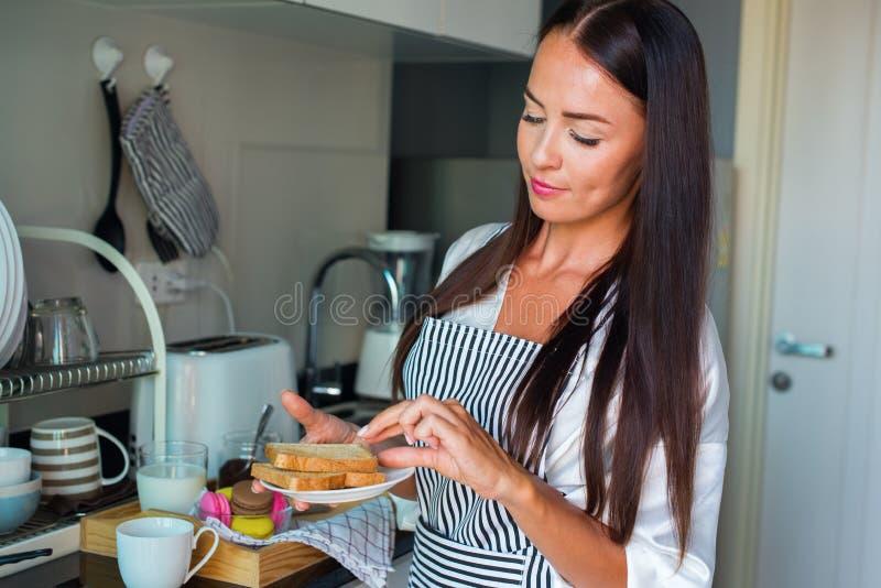 Junges glückliches schönes brunette Frauenschutzblech weiß lizenzfreie stockfotos