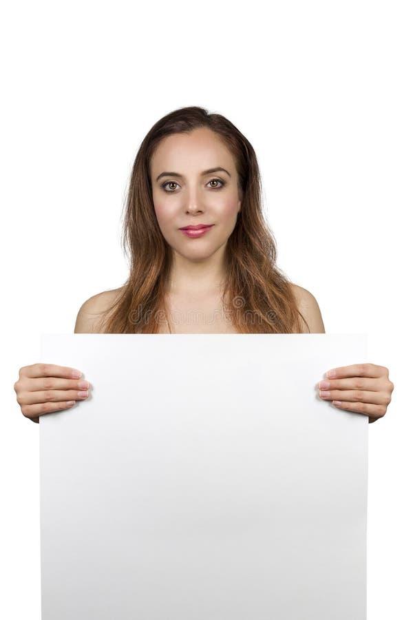 Junges hübsches Brunette-Mädchen, das eine leere Fahne hält lizenzfreies stockfoto
