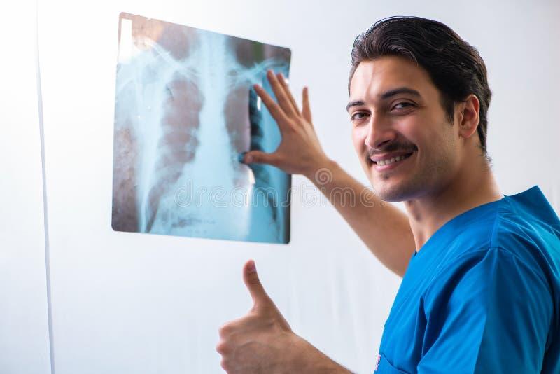 Junges hübsches Doktor radiologyst, das im Krankenhaus arbeitet lizenzfreie stockbilder